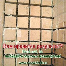 Цементный клей, что уже по себе не хорошо, проступил сквозь мозаичные швы.