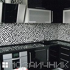 Укладка черно-белой мозаики на фартук